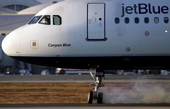 JetBlue A320 with its nose landing gear jammed